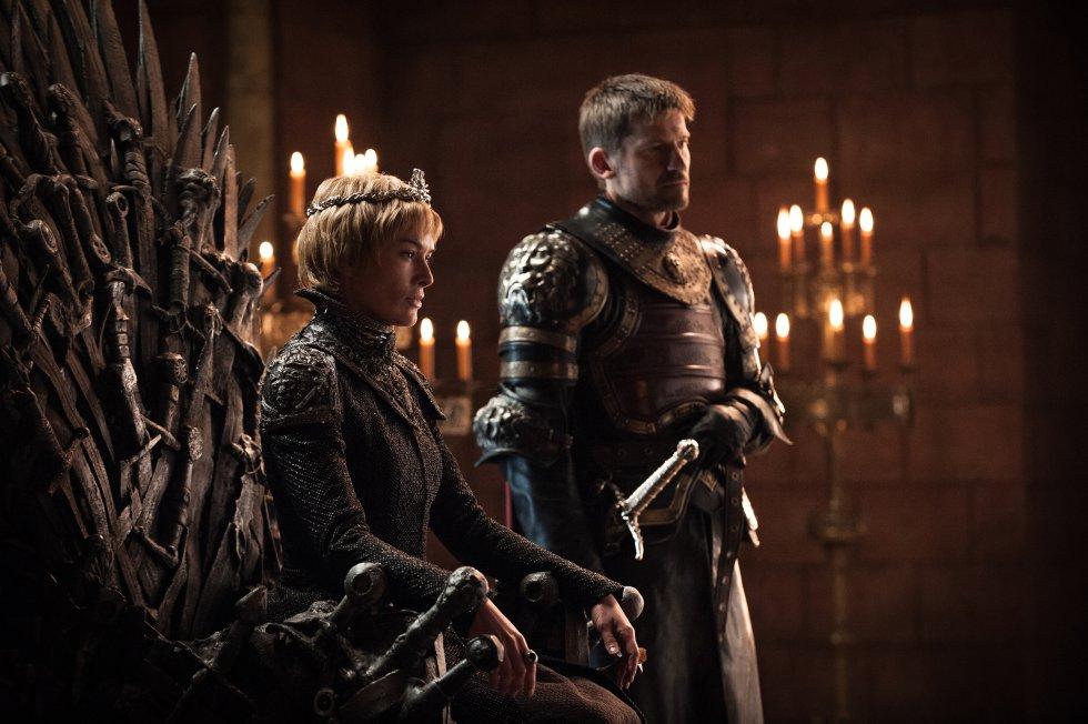 Cersei ocupando el Trono de Hierro con su hermano y amante Jaime Lannister a su lado.