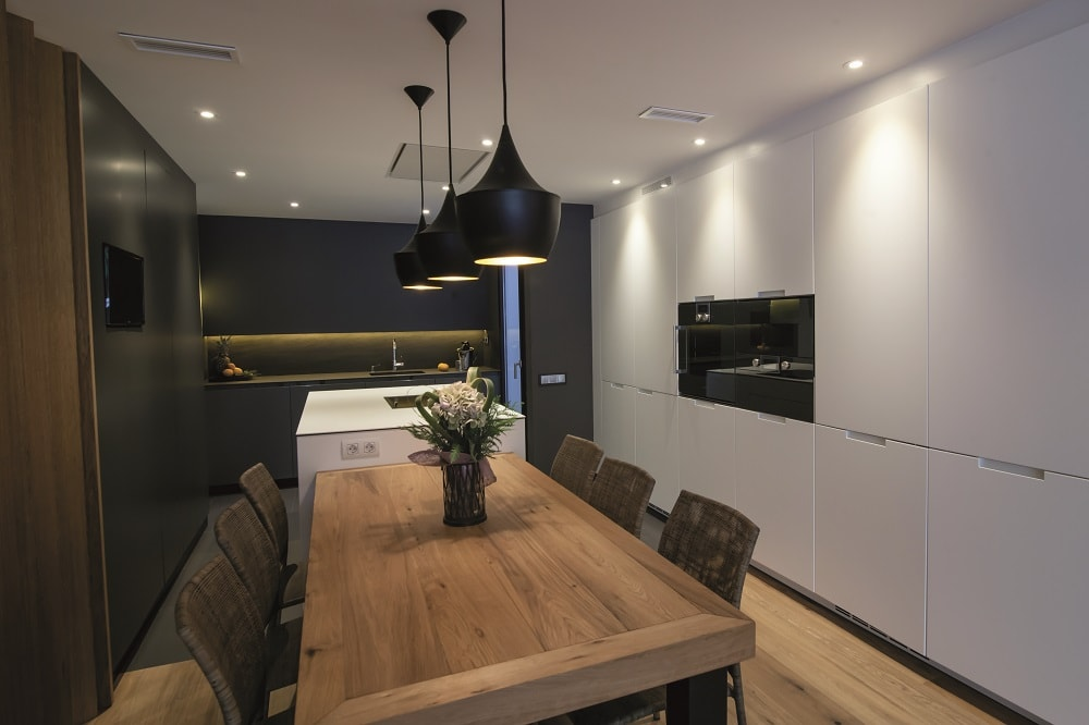 Colores neutros perfectos para integrar los ambientes for Cocina de madera antracita