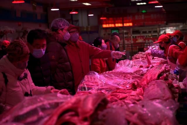 China recomienda no comer salmón importado luego de que se lo vinculara con un rebrote de coronavirus en Beijing