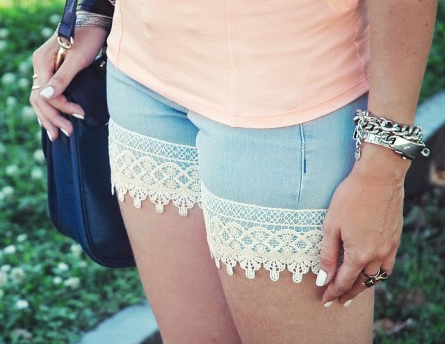 http://www.one-o.it/diy-boho-lace-shorts-from-old-trousers/#.U75eobEmU1I