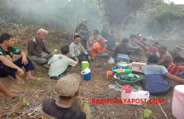 Kades Danau Usung Ajak Ratusan Warga Kerjabhakti dan Makan Bersama