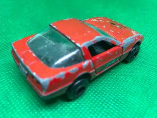 シボレー コルベット のおんぼろミニカーを斜め後ろから撮影