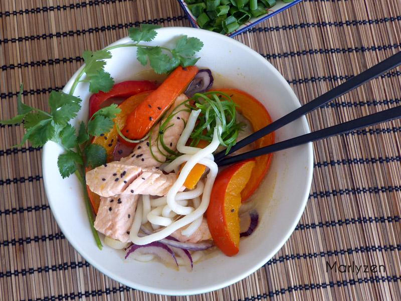 Soupe de nouilles udon, saumon et potimarron