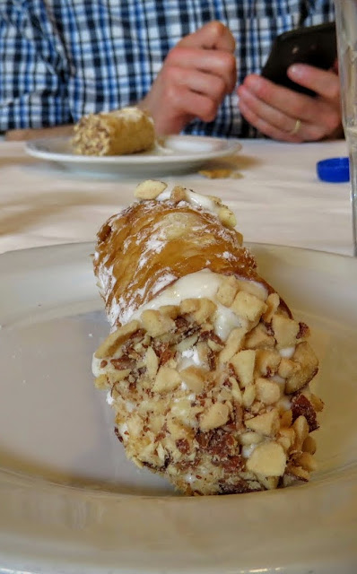What to eat in Sicily - cannoli
