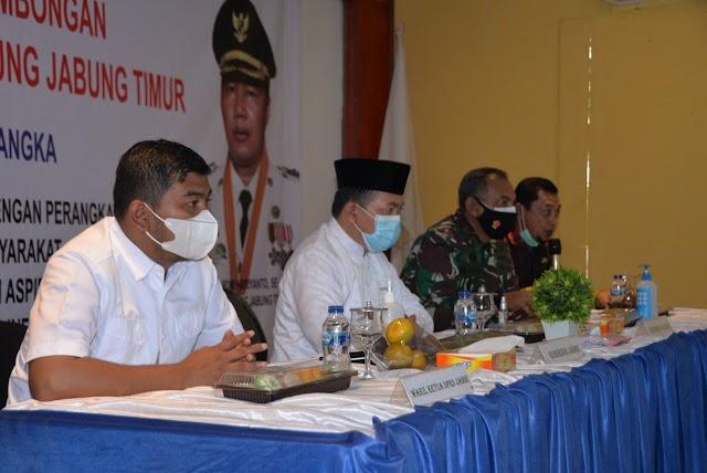 Gubernur Al haris Serahkan Bantuan 100 juta rupiah bagi Korban Kebakaran di Tanjab Timur