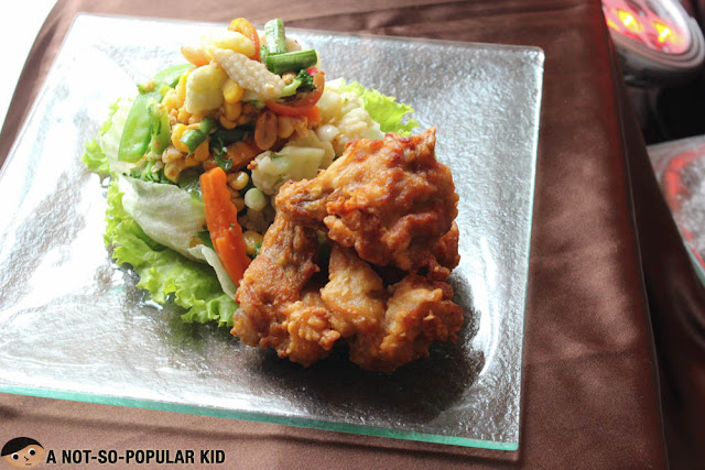 Garden Salad in Som Tum Sauce with Chicken Wings