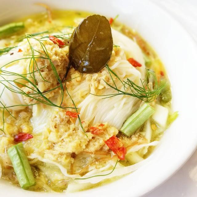 Nom banh chok (bún Khmer) đặc biệt được ưa chuộng ở các thành phố lớn tại Campuchia như Phnom Penh, Siem Reap. Thoạt nhìn, nom banh chok trông khá giống bún của Việt Nam nhưng thành phần ăn kèm lại có đôi chút khác biệt. Nước dùng trong món ăn này thơm mùi cà ri và các loại rau củ đi kèm chủ yếu là hoa chuối, đu đủ, ngó sen, cần ta, rau thơm, bạc hà, chanh, ớt...