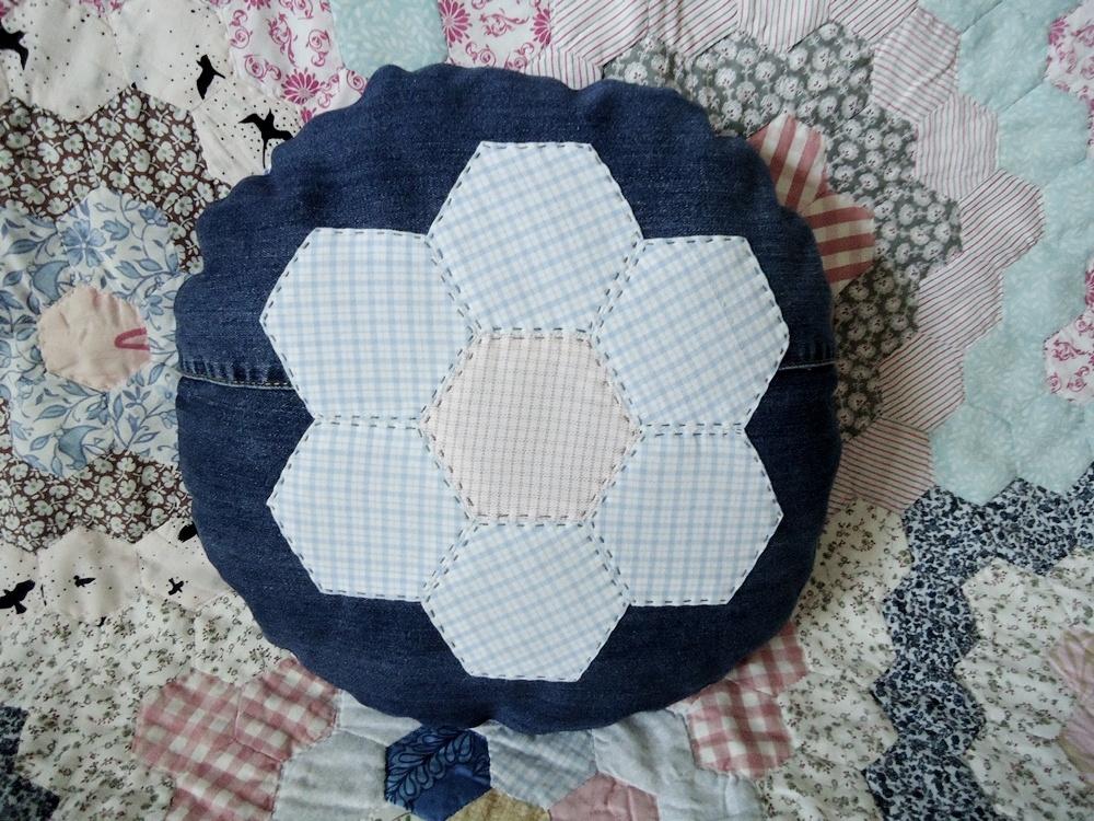 patchworkowy kwiat na poduszce z dżinsu