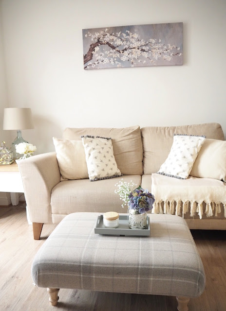 Easy ways to decorate a room with no money. Transform your home without spending any money or for pennies using accessories, revamping and changing things around