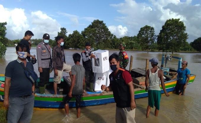 Dilanda Banjir, PPK Kecamatan Patia Distribusikan Logistik Gunakan Perahu