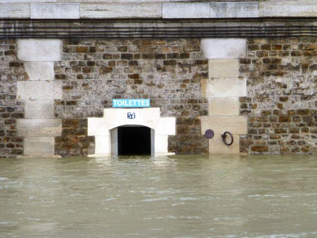 Toilet at a quai of The Seine