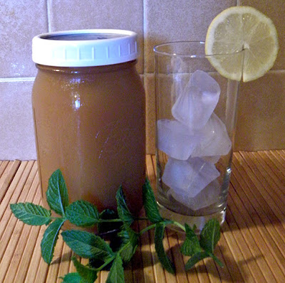 Mason jar of tea, glass with ice, and mint