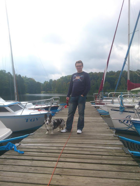 w porcie z psem, łódki z psem, z psem na łódce, pies na mazurach, mazury z psem, pies w podróży, podróżowanie z psem, podróże z psem, mazury, jezioro, biba, mikołajki, port, welsh corgi, welsh corgi cardigan, cardigan