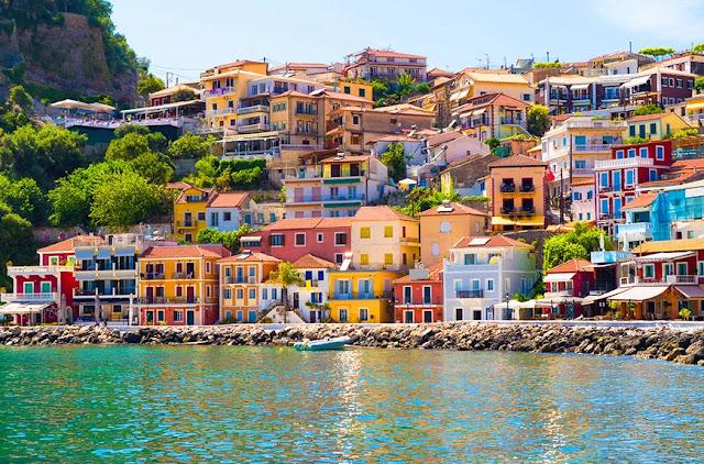 Υπάρχει μια μικροσκοπική πόλη στην Ήπειρο που δημιουργεί την ψευδαίσθηση ότι βρίσκεται κανείς σε κάποιο από τα πολύχρωμα και κουκλίστικα χωριουδάκια στην ιταλική Ακτή Αμάλφι.