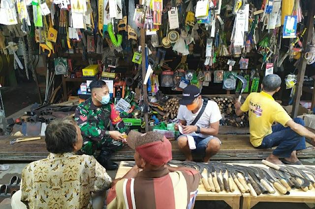 Komsos Di Pasar Tradisional, Babinsa Koptu Arifin Ajak Pedagang Dan Pengunjung Patuhi Prokes 5M