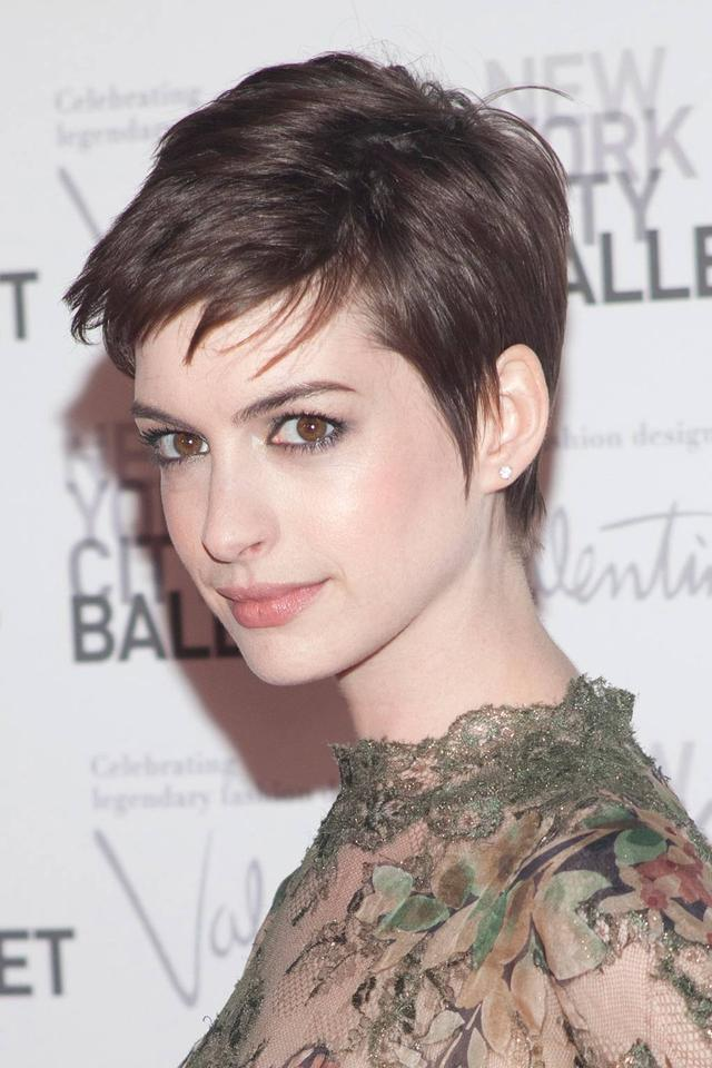 Come and see this pixie haircut from Anne Hathaway!