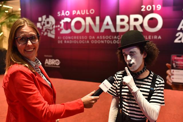 Ação com mímico de Humor e Circo intergindo com público de evento congresso em Sâo Paulo.