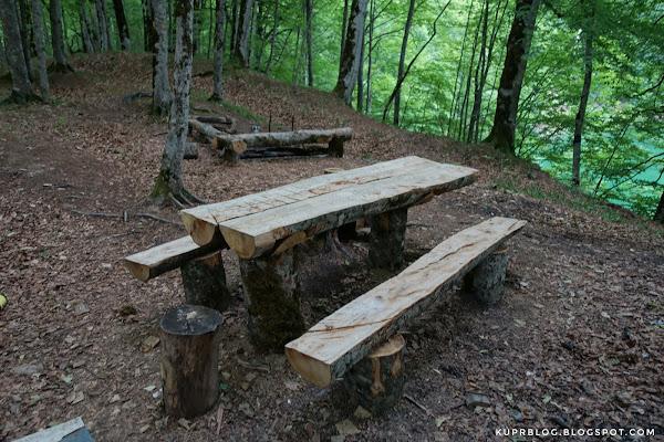 На озере организовали столы, скамейки и место для костра