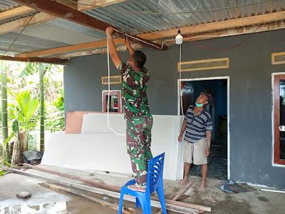 TNI Bantu Pasang Instalasi Listrik Masyarakat Perbatasan Papua