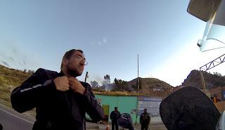 Pedro apresentando documentação na entrada de Copacabana / Bolívia.