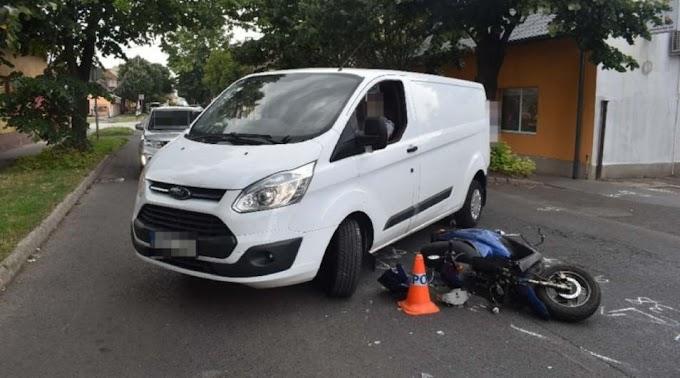 Motorosnak ütközött egy kisteherautó Szolnokon