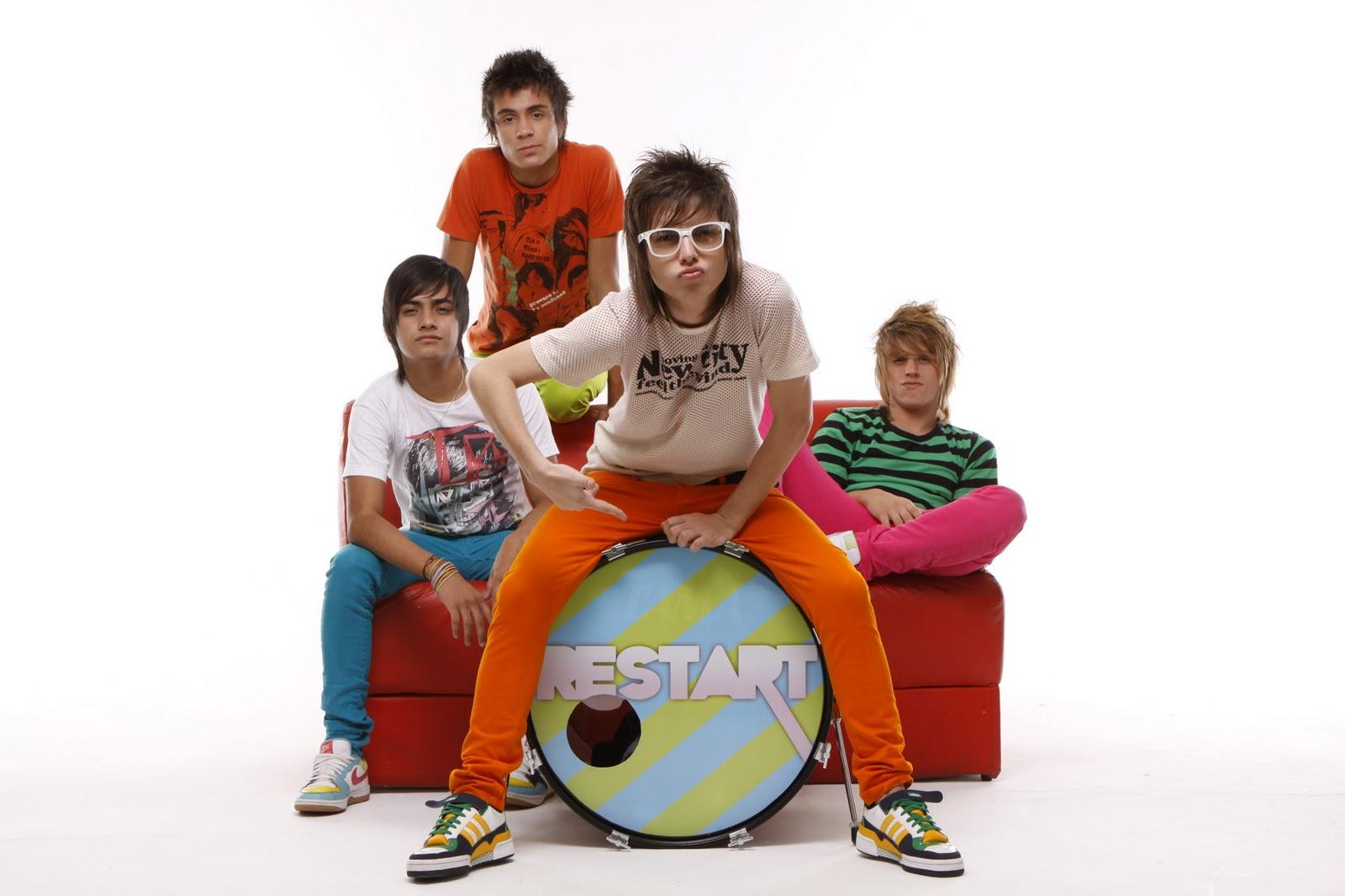 5338712e9bd9c Fenômeno teen toca no projeto NATAL TEEN FEST e promete lotar a casa com fãs  de roupas e óculos Ray Ban Wayfarer vibrantes