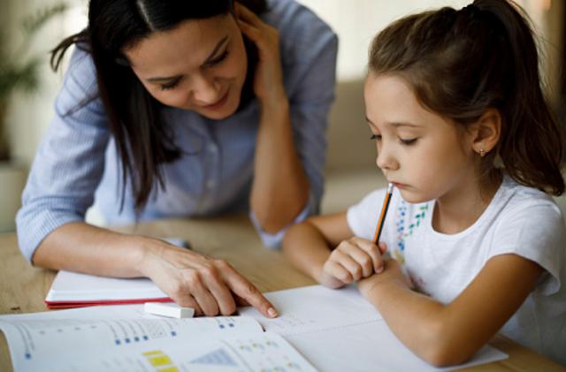"""Penyakit Disleksia Pada Manusia Pengertian Disleksia Banyak orang yang menganggap bahwa disleksia dapat memengaruhi tingkat inteligensi atau kecerdasan penderitanya, tapi anggapan ini tidaklah benar. Anak dengan tingkat kecerdasan baik rendah maupun tinggi, bisa menderita disleksia. Disleksia adalah salah satu jenis gangguan atau kesulitan belajar yang umumnya memengaruhi kemampuan membaca serta pengejaan seseorang.  Penyebab dan Gejala Disleksia Penyebab disleksi belum diketahui secara pasti. Para pakar menduga faktor keturunan atau genetika berperan di balik gangguan belajar ini. Seorang anak memiliki risiko menderita disleksia jika orang tuanya menderita gangguan yang sama. Gejala-gejala dalam disleksia sangat bervariasi dan umumnya tidak sama untuk tiap penderita sehingga sulit dikenali, terutama sebelum sang anak memasuki usia sekolah.   Ada beberapa gen keturunan yang dianggap dapat memengaruhi perkembangan otak yang mengendalikan fonologi, yaitu kemampuan dan ketelitian dalam memahami suara atau bahasa lisan. Misalnya membedakan kata """"paku"""" dengan kata """"palu"""". Selain masalah pada kepekaan fonologi gejala disleksia juga bisa berupa hal-hal berikut : Kurang memori verbal untuk mengingat urutan informasi secara lisan dalam jangka waktu singkat, semacam perintah singkat seperti menaruh tas dan kemudian mencuci tangan. Kesulitan dalam mengurutkan dan mengucapkan sesuatu dalam kata-kata, misalnya urutan angka, menamai warna-warna, atau benda. Kesulitan memproses informasi lisan, misalnya saat mencatat nomor telepon atau didikte. Pada balita, disleksia dapat dikenali melalui perkembangan bicara yang lebih lamban dibandingkan anak-anak seusianya dan membutuhkan waktu lama untuk belajar kata baru. Misalnya keliru menyebut kata """"ibu"""" menjadi kata """"ubi"""". Kesulitan menggunakan kata-kata untuk mengekspresikan diri dan kurang memahami kata-kata yang memiliki rima.  Indikasi disleksia biasa akan lebih jelas ketika anak mulai belajar membaca dan menulis di sekolah. Anak akan"""