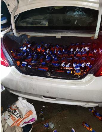 आबकारी विभाग की छापेमारी में लग्जरी वाहन से भारी मात्रा में विदेशी शराब बरामद हुई है.
