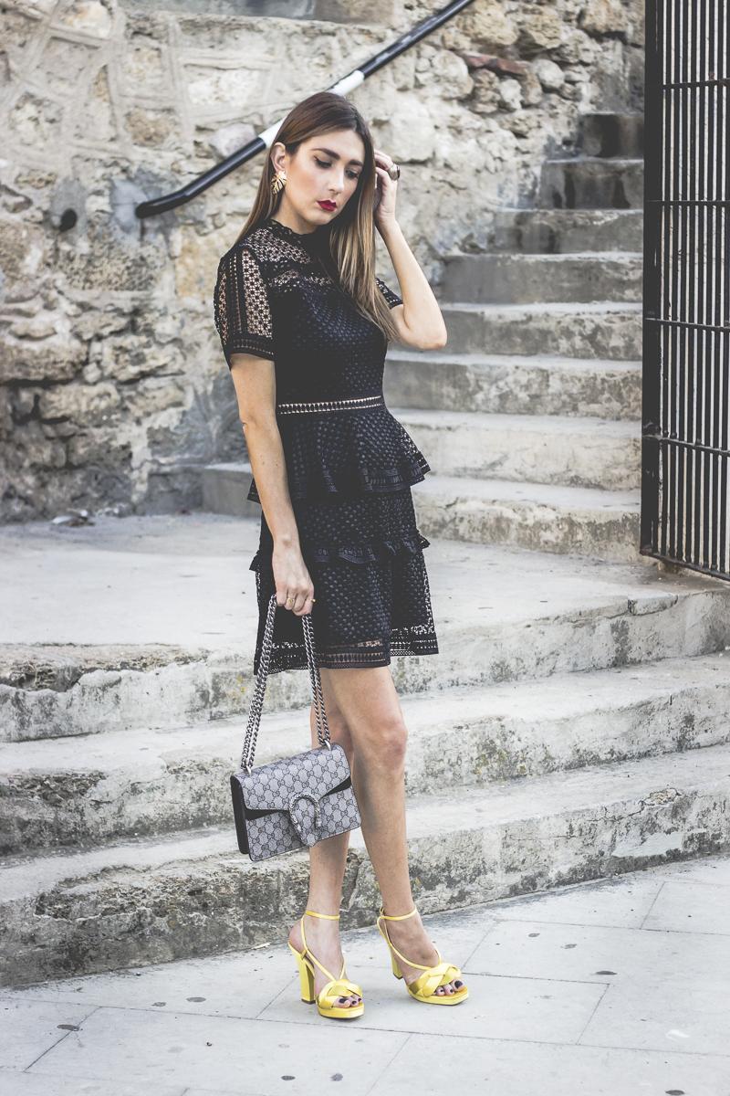 little black dress con gafas de sol miu miu