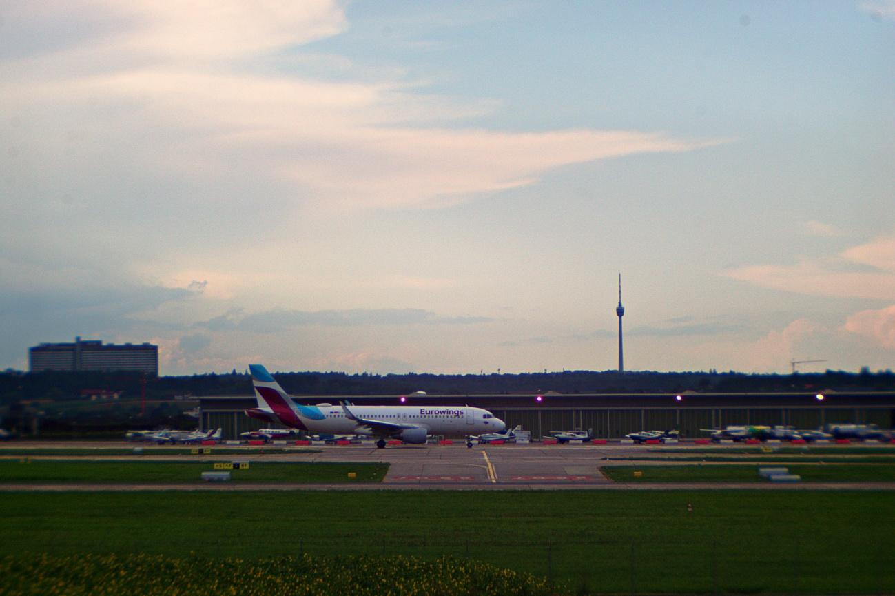Zum Tagesabschluss -- Das 15-Minuten-Selbstbauobjektiv — Planespotting am Stuttgarter Flughafen