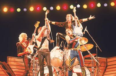 Foto do Scorpions na formação de 1985, no palco do primeiro Rock in Rio. Klaus esta em cima da bateria, de braços abertos. Matthias, Francis e Rudolf levantam suas guitarras e baixos.