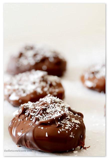 fichi-secchi-al-cioccolato-mandorlati-con-cocco