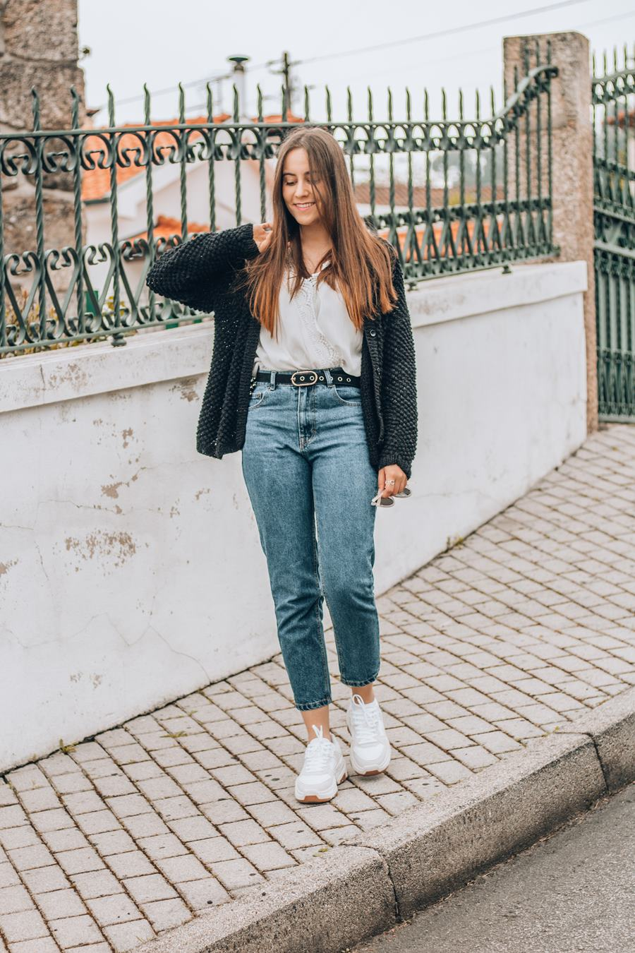 mom jeans chunky sneakers outfit