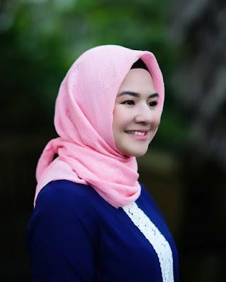 Pakai Hijab manis Eriska Reinisa