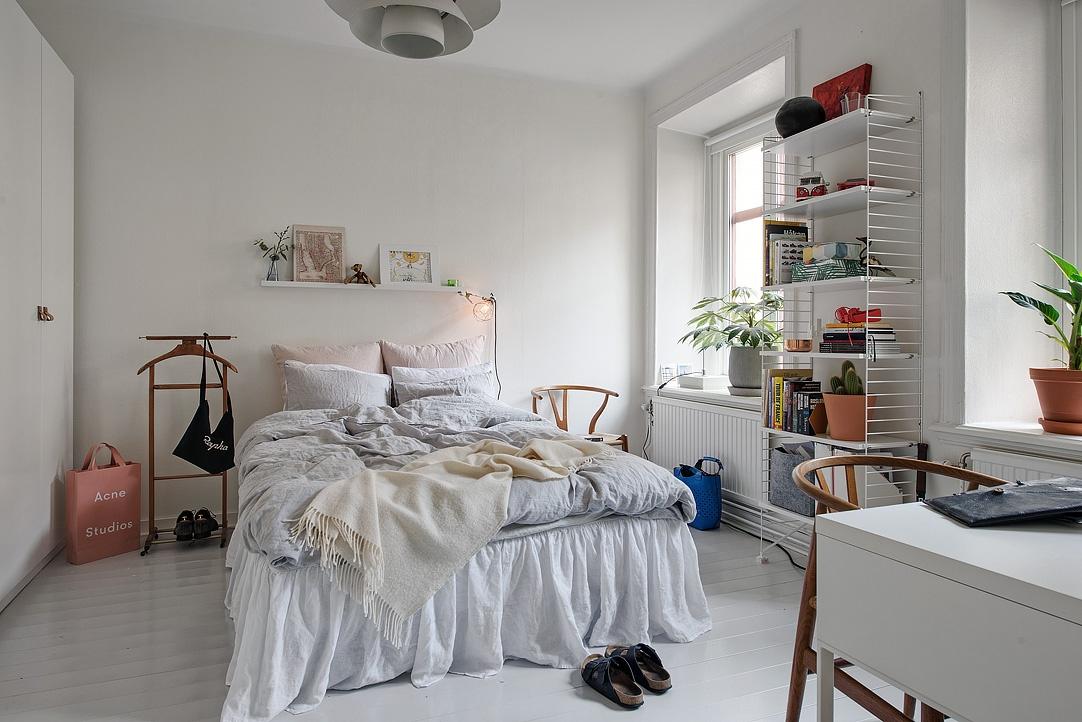 sypialnia w stylu skandynawskim, jasna sypialnia, szafka nocna ikea, pomysły na szafki nocne