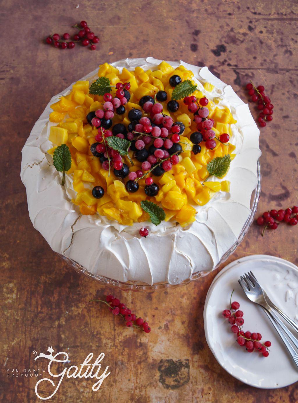 biale-ciasto-z-czerwonymi-owocami