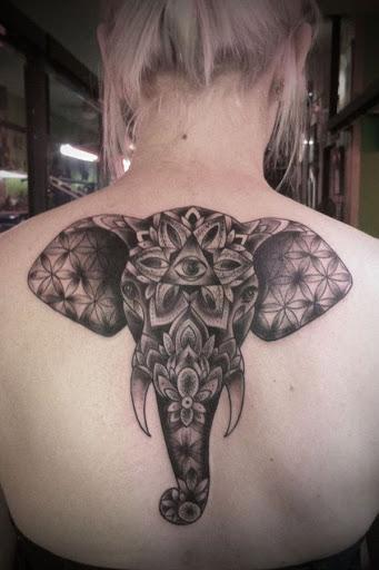 Um elefante retrato é animada por cobrindo a besta em um elaborado padrão.