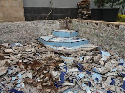 Pembongkaran Keramik Kolam Renang
