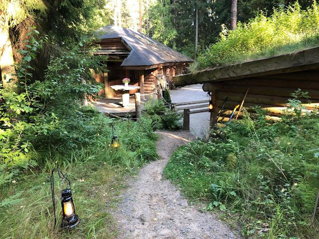 Erikoiset majoitukset Suomessa - yö puumajassa