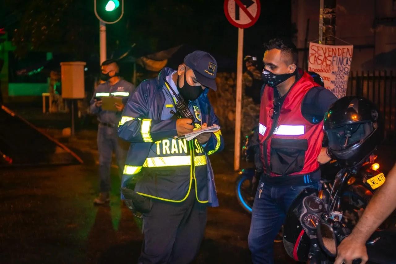 Al momento en el que el agente abordó al conductor del vehículo para hacerle el comparendo el automotor se encontraba estacionado y sin ocupantes.