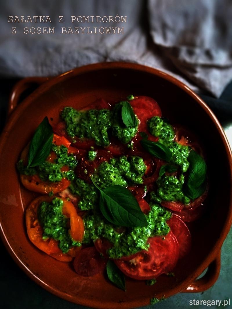 Sałatka z pomidorów  z sosem bazyliowym