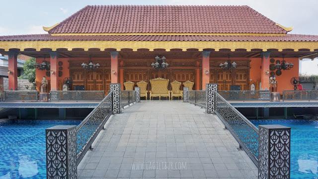 Kolam Renang Ramada Suites by Wyndham