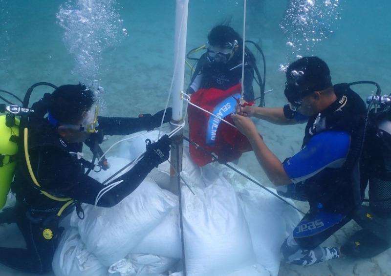75 Penyelam Kepri Kibarkan Bendera Merah Putih Dibawah Laut