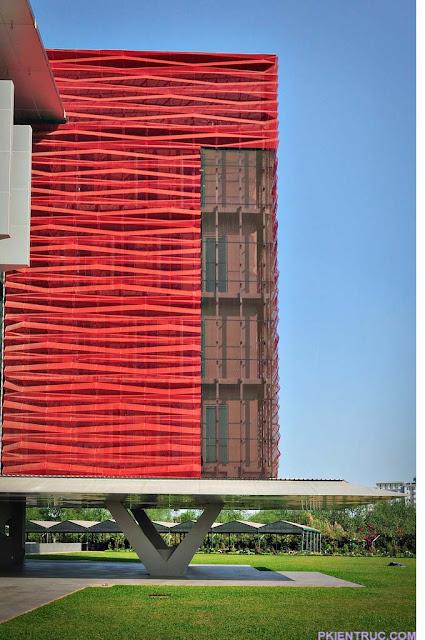 Các nếp gấp lượn sóng của tấm kim loại đỏ trường Rmit
