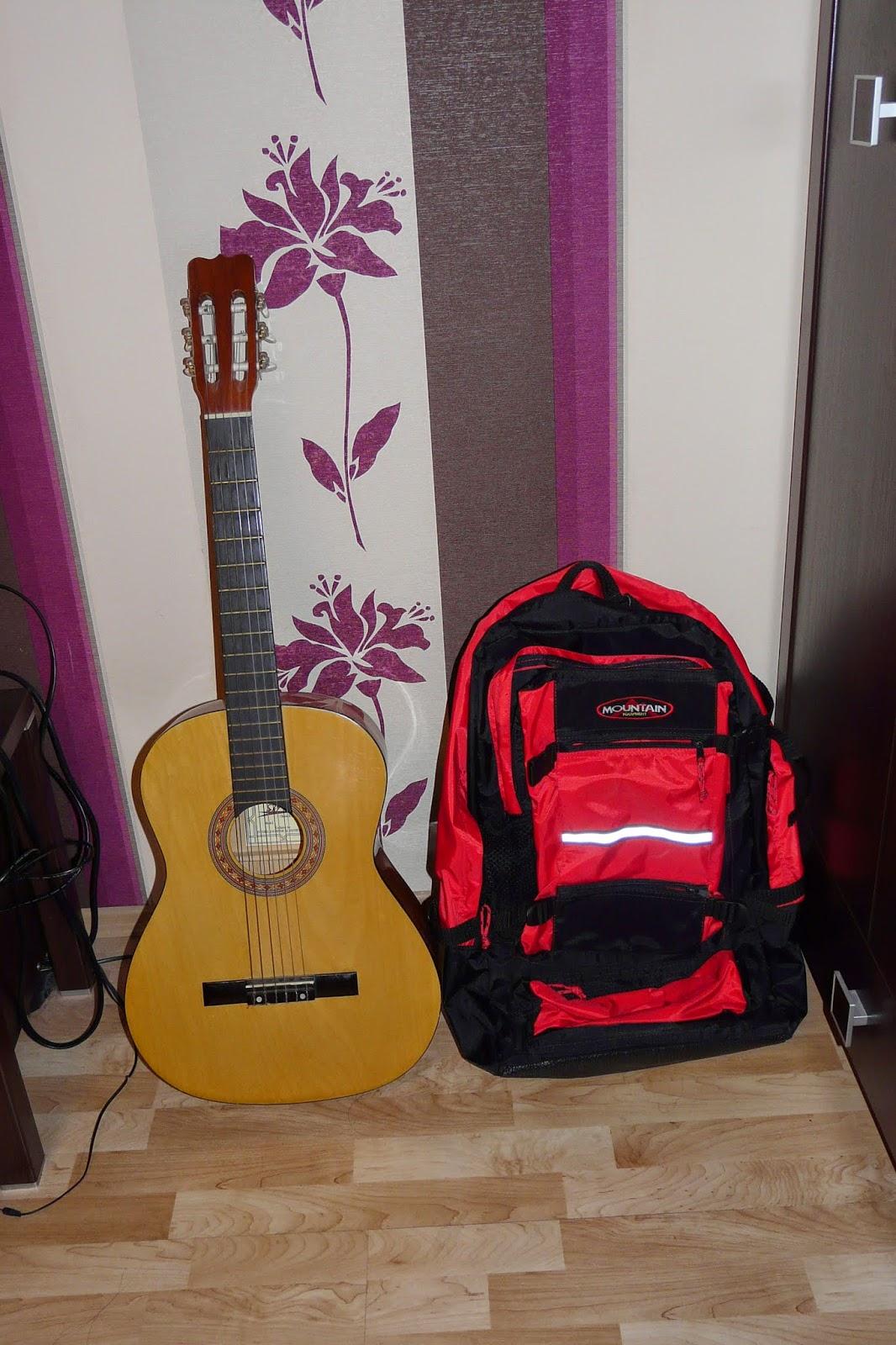 9fa81ae0dc47a Jest to mniej więcej taki plecak, jak widać na zdjęciu po lewej (w  zestawieniu ze standardowej wielkości gitarą).