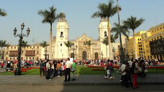 Plaza Mayor: Basílica Catedral de Lima e Palácio do Arcebisbo, ao Fundo