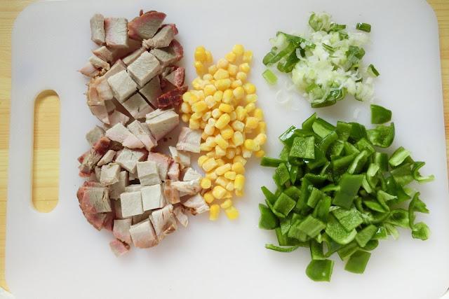 ピーマン、焼き豚は1㎝角に切り、長ねぎは小口切りに切ります。 冷凍とうもろこしは凍ったままの状態で用意。