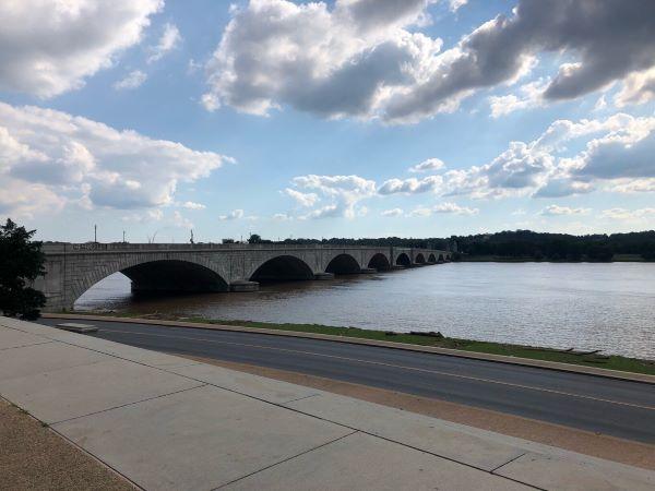 Blick auf die Arlington Memorial Bridge am Potomac in Richtung Arlington
