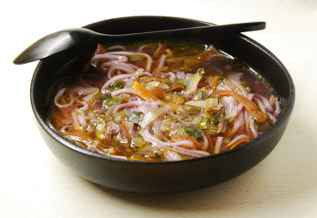 Bouillon de poulet et de légumes aux nouilles udon