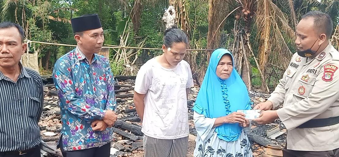 Wujud Peduli Sesama, Kapolsubsektor Sungkai Jaya Salurkan Bantuan Korban Kebakaran